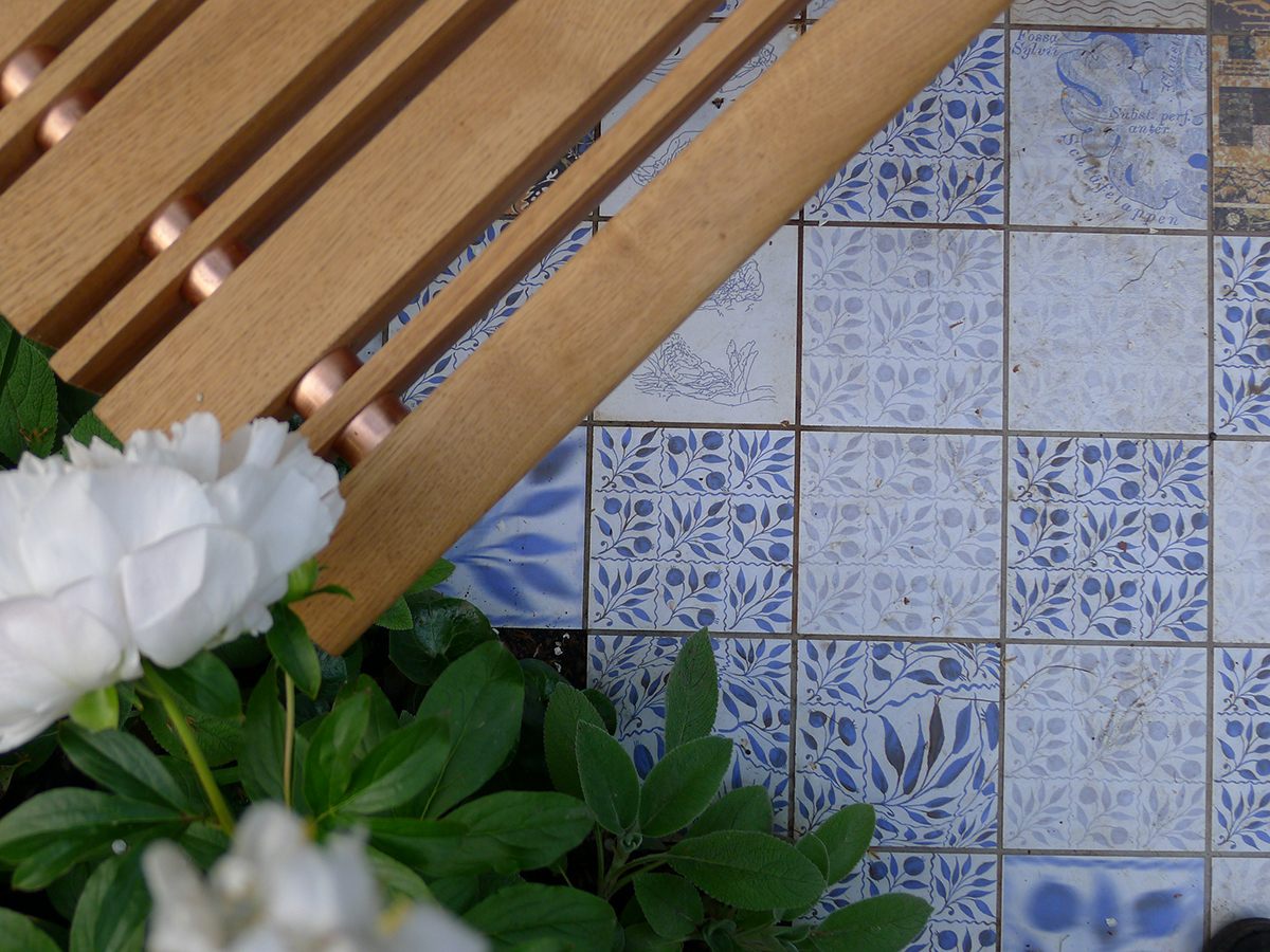 Specially created ceramic tiles start out with a William Morris pattern which gradually disintegrates and becomes chaotic